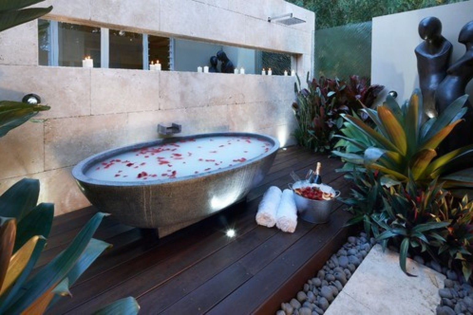 PHOTOS: 10 Outdoor Bathtubs You Need To See | Outdoor bathtub ...