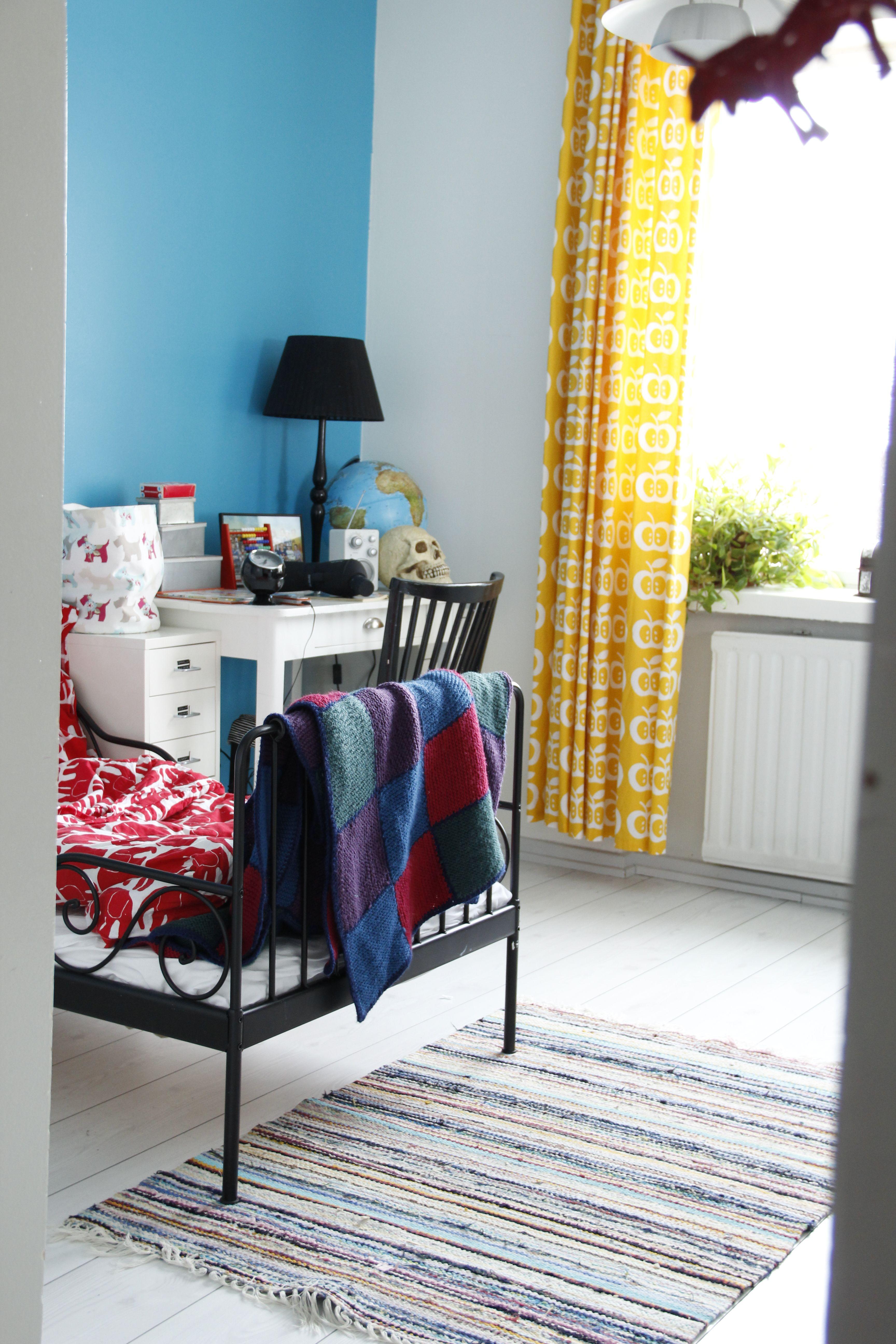 Pojan värikäs huone ja uusi kirppislöytö, värikäs räsymatto.  http://kirpparikeijunkotona.blogspot.fi/