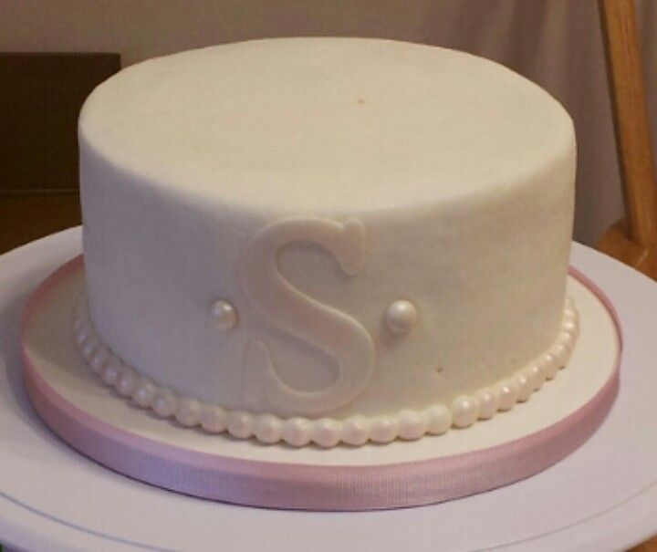 Small monogram wedding cake simple pearls The letter in red and the