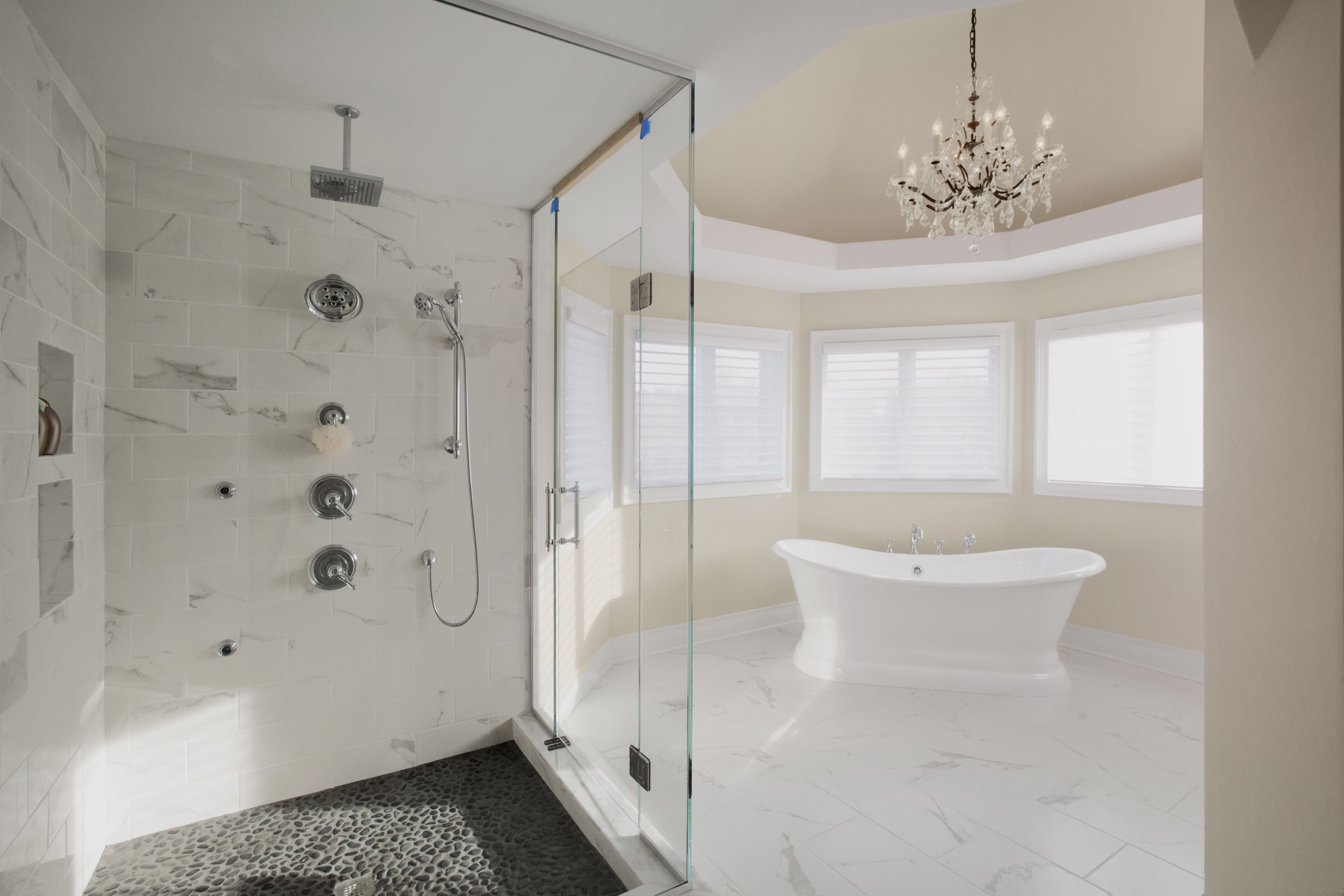 Freestanding bathtub with a chandelier – what could be more