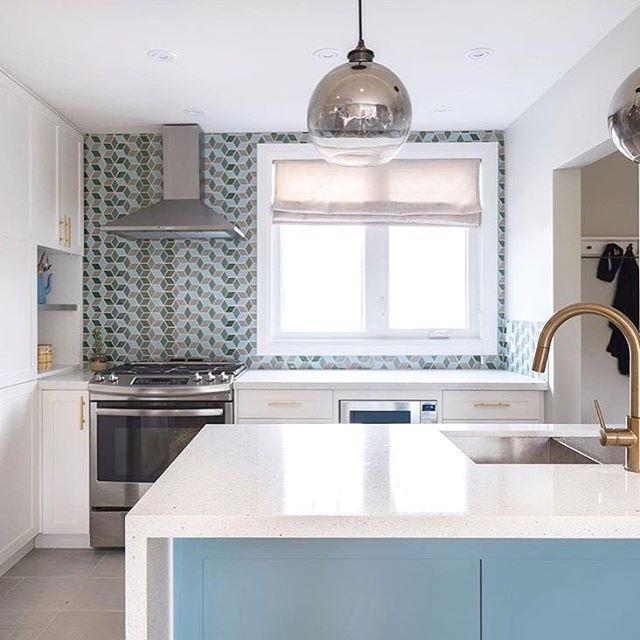 A Great Wall Of Mural Tile In This Bright Kitchen Design Leventhalvermaatdesign Samstockphotogr Toronto Interior Design Bright Kitchens Kitchen Design