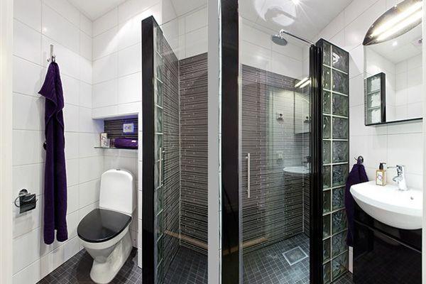 Salle de bain avec douche et wc et ensemble porte de douche +
