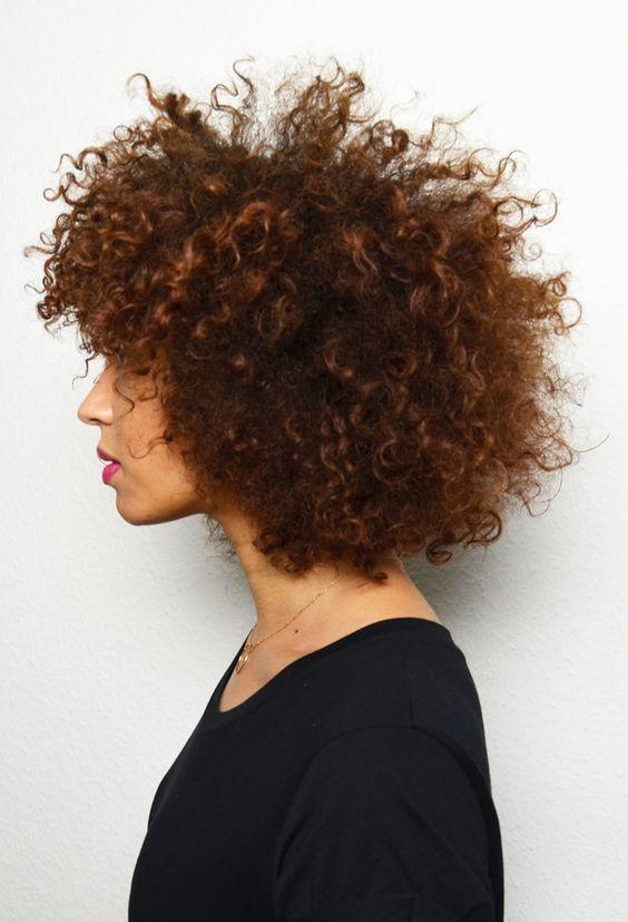 Couper les pointes des cheveux frises