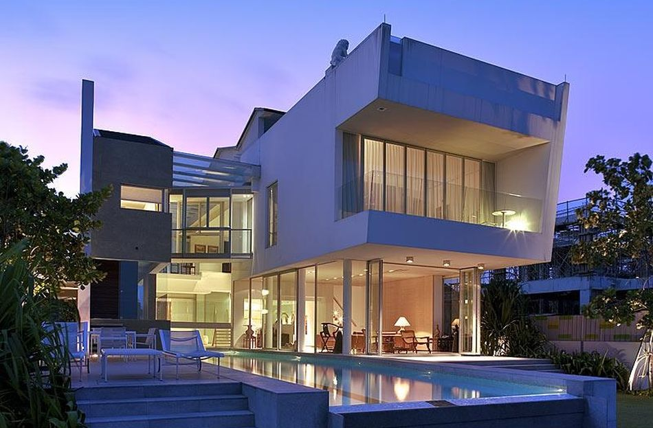 Vue sur mer et piscine intérieure extérieure pour cette maison contemporaine construiretendance