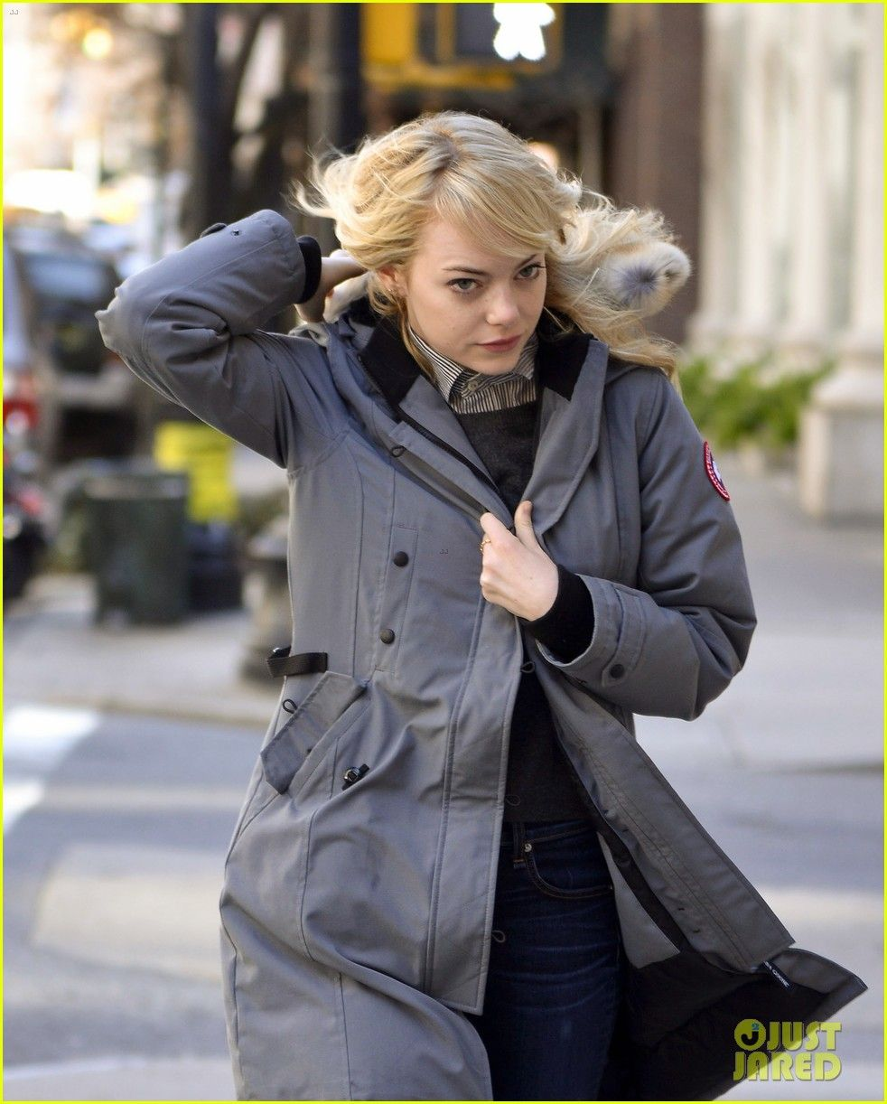Emma Stone in the Kensington Parka from Canada Goose. Long and slim-fi tting