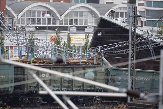 Kuvat: Sähkölinjoja poikki, kontteja pitkin rataa – Oulussa raju junaonnettomuus - Kotimaa - Ilta-Sanomat