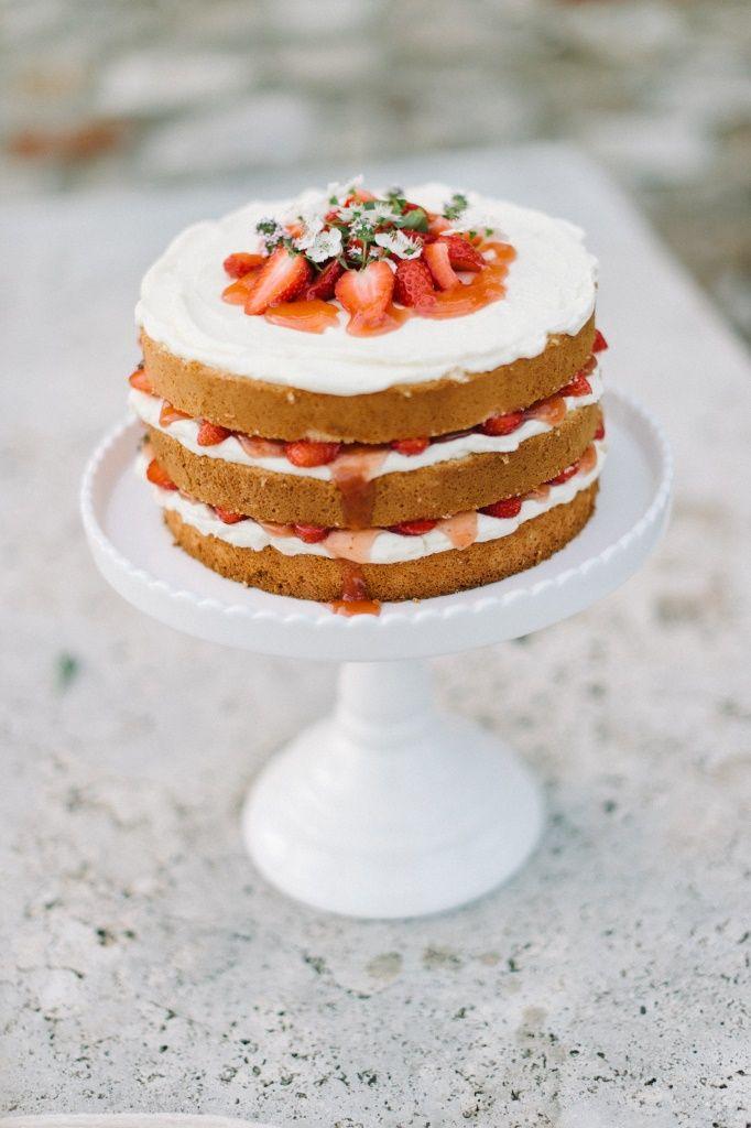 Naked Cake mit Erdbeeren und Rhabarber\