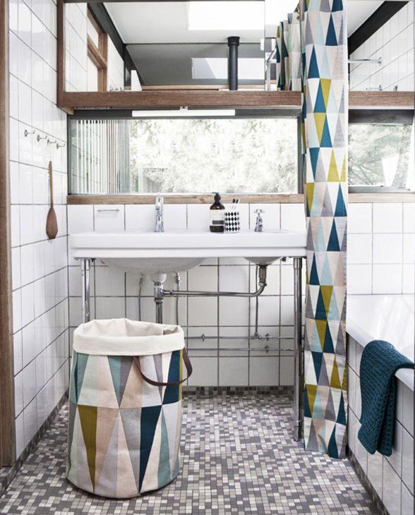 Modisches Badezimmer Mit Wäschekorb Und Duschvorhang Von Ferm LIVING
