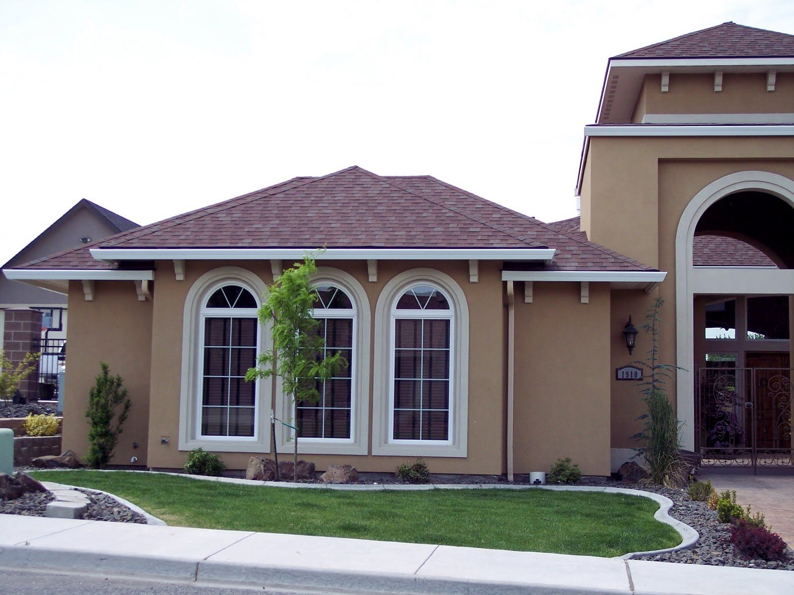 exterior house color combinations this home has a good body trim and roof - Stucco Exterior Paint Color Schemes