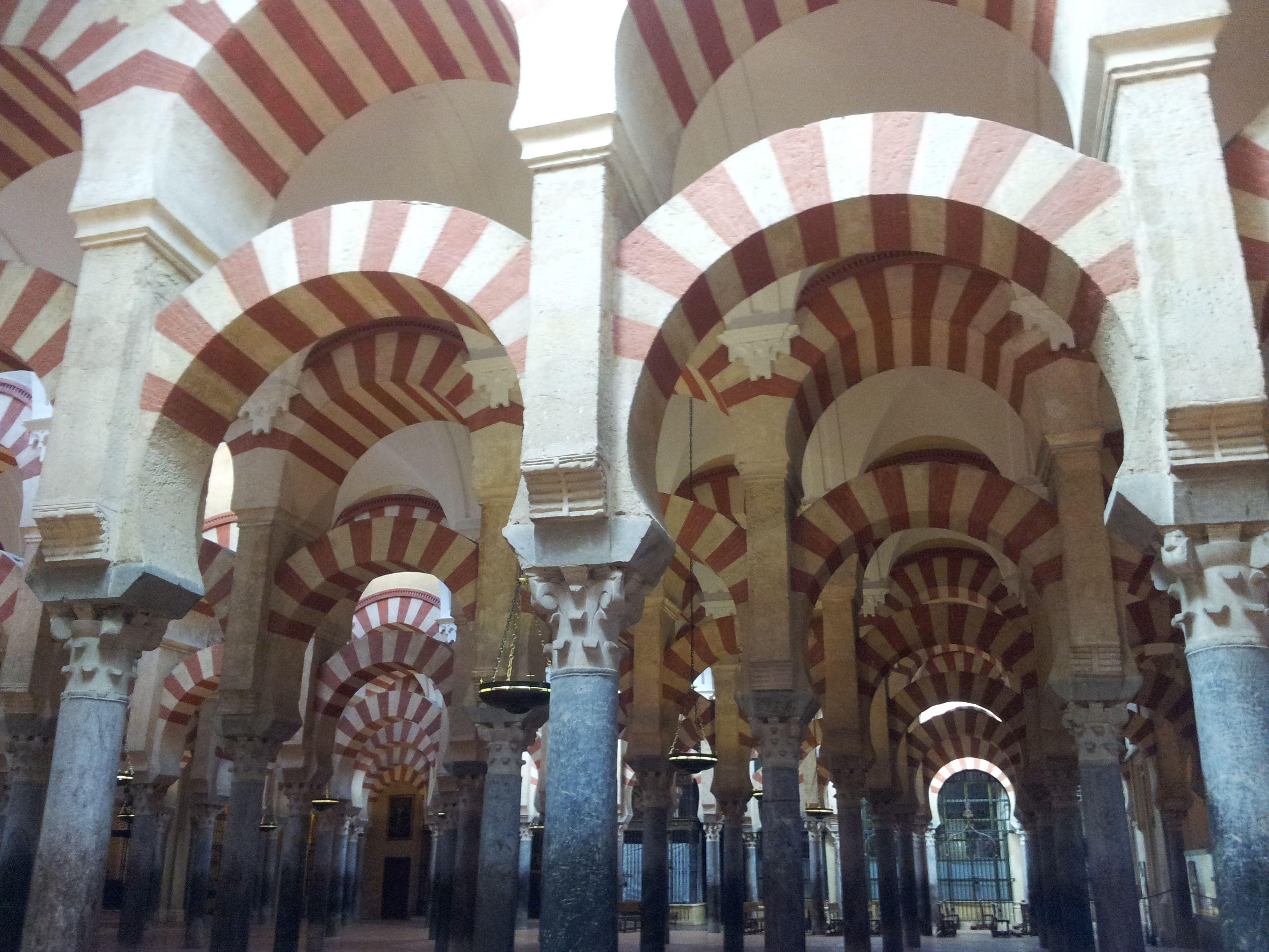 La Mezquita de Córdoba: perderse en su bosque de columnas.
