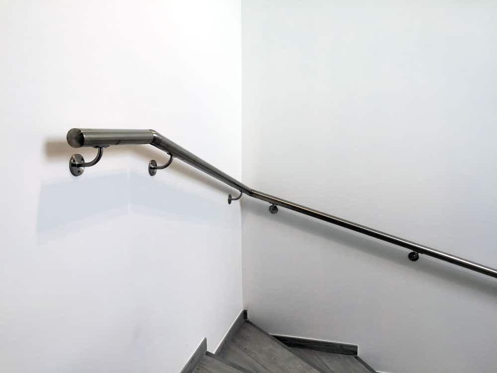 tr s simple installer la main courante murale est un support bien utile dans un escalier. Black Bedroom Furniture Sets. Home Design Ideas