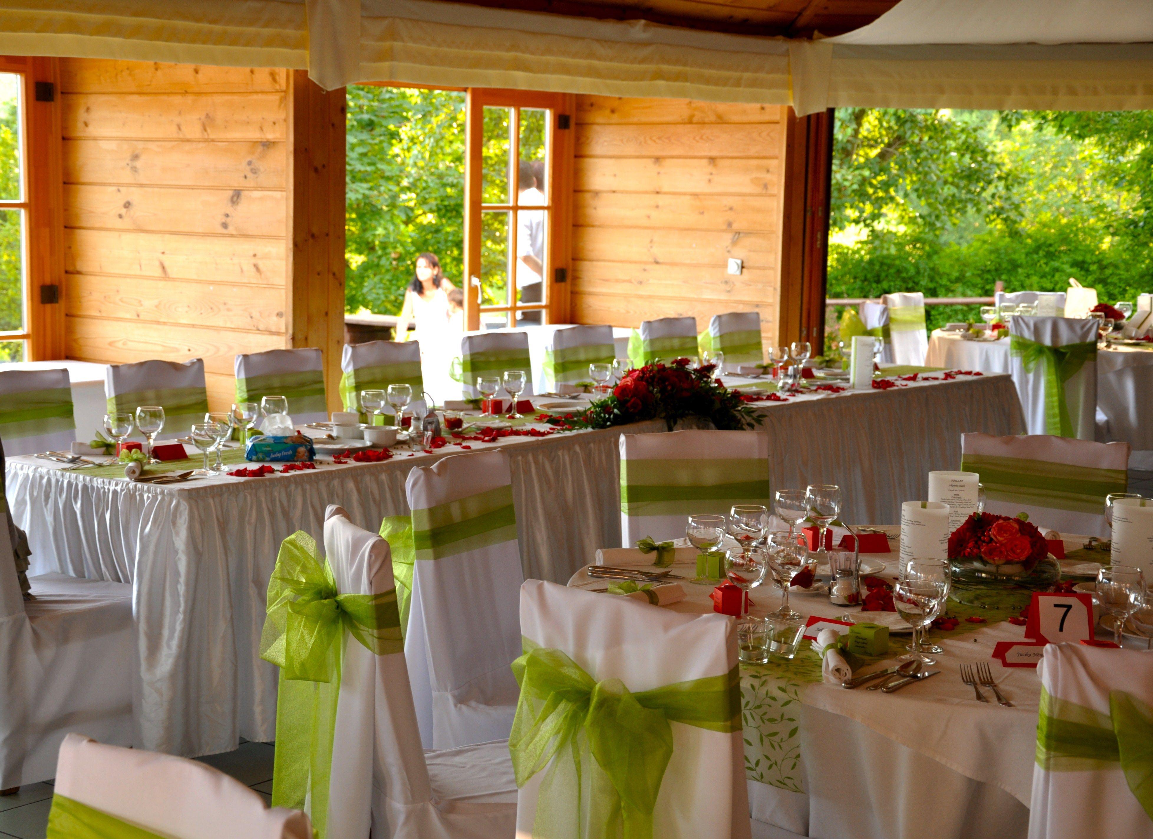 Zöld és rózsaszín esküvői dekoráció székszoknyával - Green and pink wedding decoration with chaircover