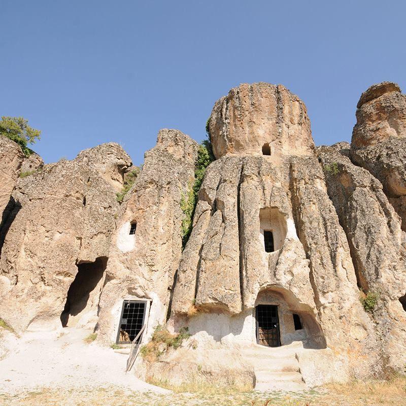 Konya'nın Kapadokya'sı olarak adlandırılan Kilistra Antik Kenti, kayalara oyulmuş birçok eviyle, şapel, kilise, mesken ve sarnıç kalıntılarıyla ülkemizin keşfedilmesi gereken tarihi bölgelerinden biri. Mutlaka görmenizi tavsiye ederiz.