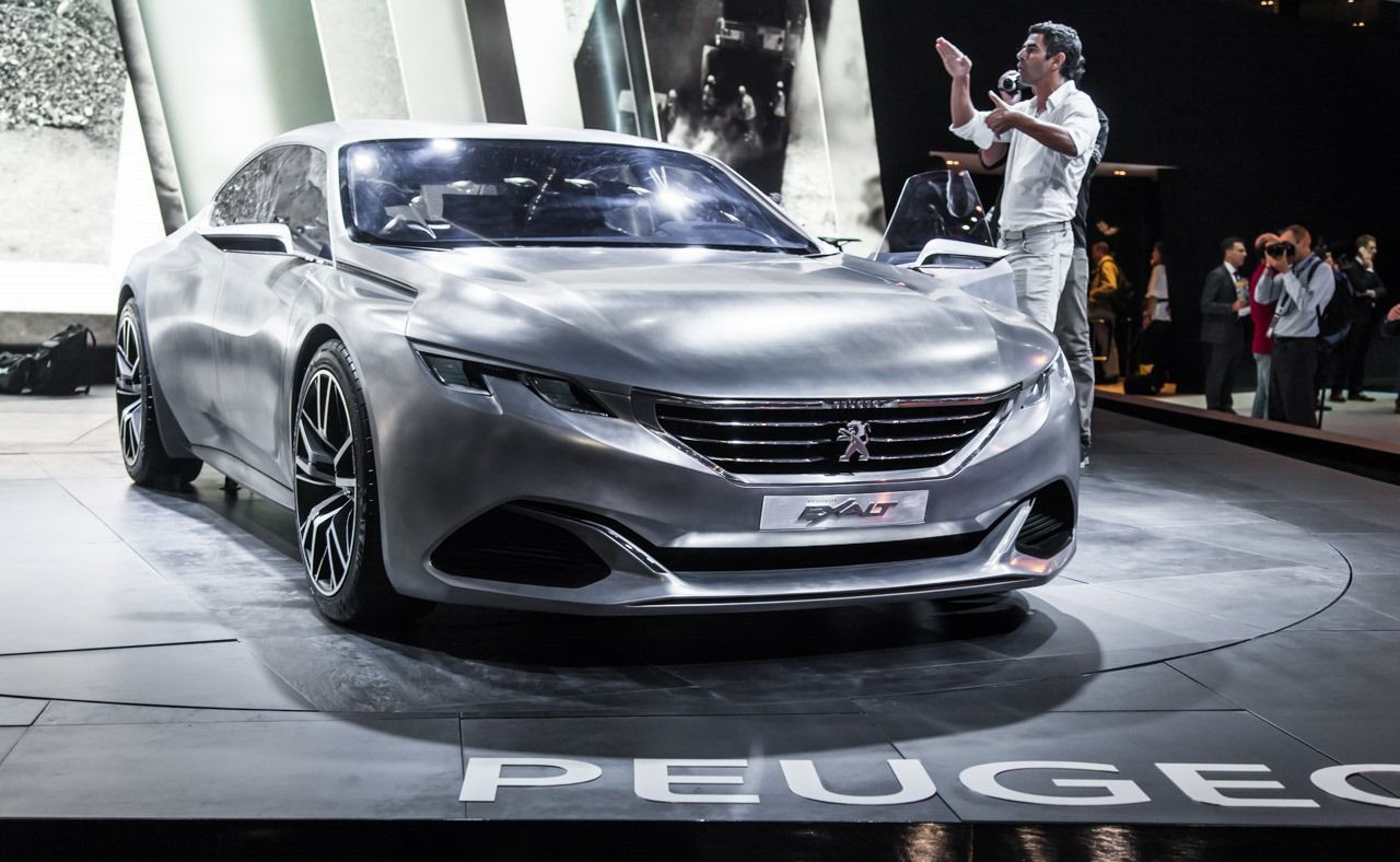 Peugeot presented the renewed Exalt concept, for the first time to the European public. The European version of the Exalt Concept we saw at the Paris exhibition last April, has a steel body, different shades of gray and an effective texture, called Shark Skin, inspired by the structure of a shark's skin, with Peugeot to support that improves aerodynamics and average consumption.