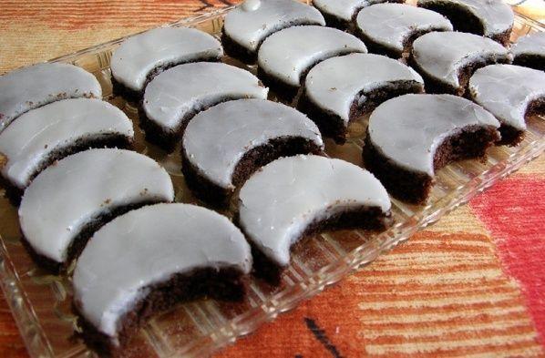 Čokoládové mesiačiky s rumovou polevou - Recept pre každého kuchára, množstvo receptov pre pečenie a varenie. Recepty pre chutný život. Slovenské jedlá a medzinárodná kuchyňa