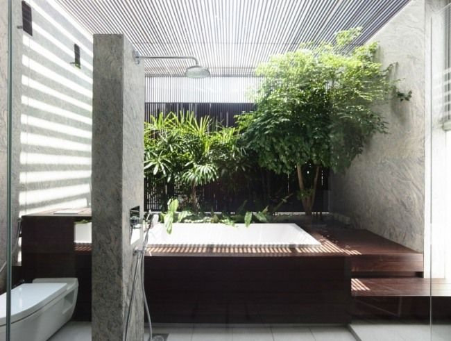 Wellness Badezimmer Stein Optik Wand Badewanne Pflanzen Glasdecke