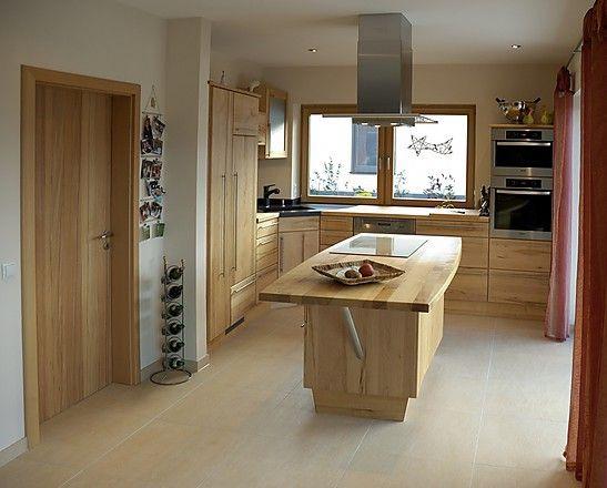 Moderne Holzküche in LForm (Pfister Massivholzküchen