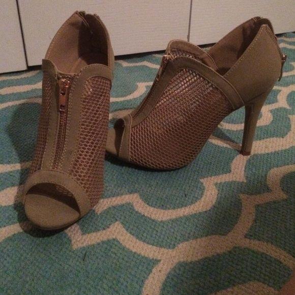Nude heels never worn Super comfy nude heals w/ faux zipper in front. NEVER WORN. Shoes Heels