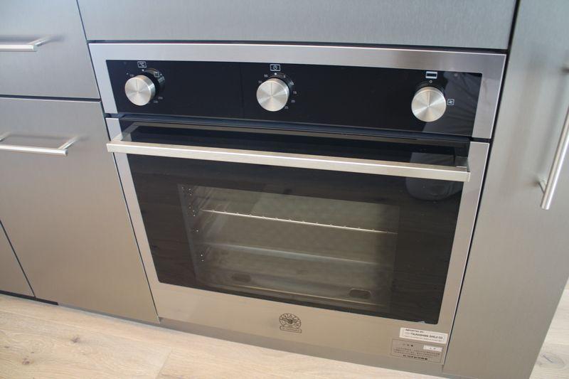 イタリア製ガスオーブンのベルタゾーニを搭載。