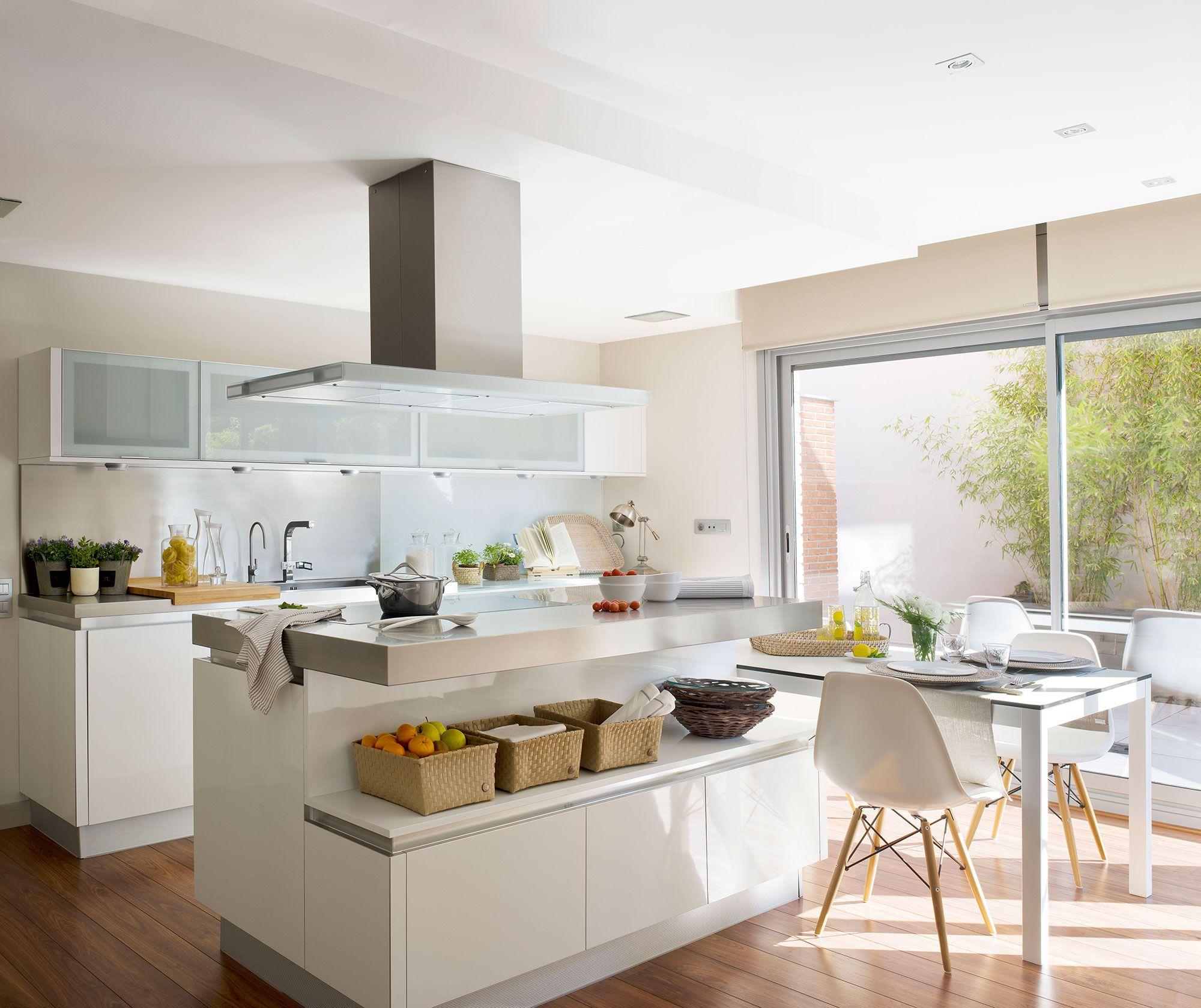 Cocina blanca con office y encimera de acero inoxidable | Cocinas en ...