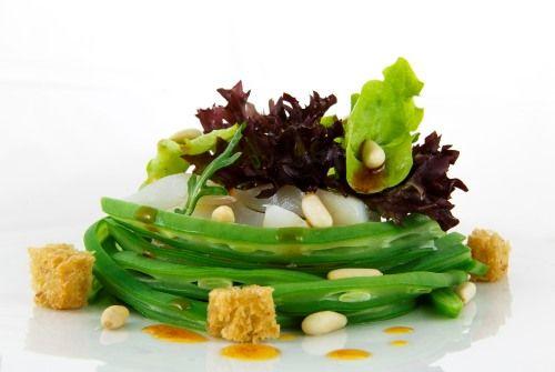 Ensalada de bacalao con judías verdes, encurtidos y vinagreta