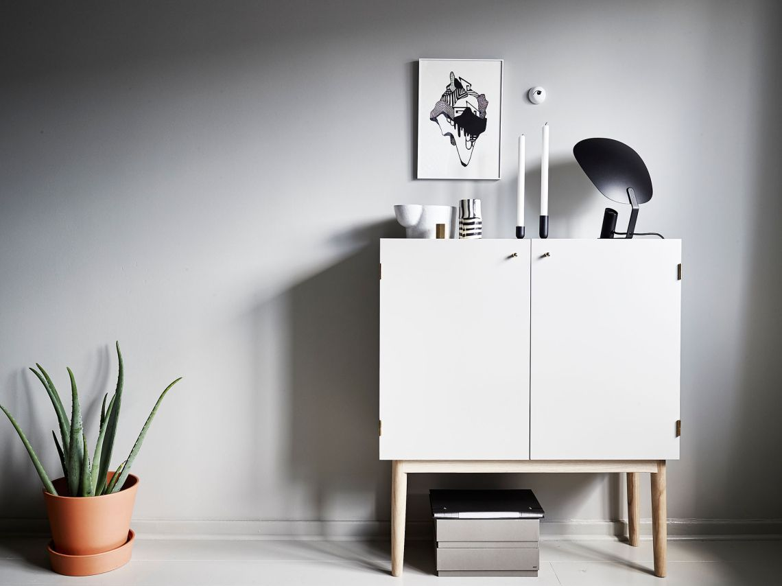 Pequeña casa con paredes grises - via cocolapinedesign.com
