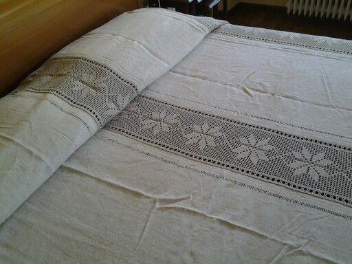 coperta con teli di lino e tramezzi e pizzo all uncinetto
