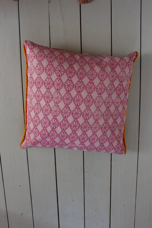 Neu Im Etsy Shop Kissen Kissenhulle Kissenbezug 50x50 Rosa Gelb Pink Bohokissen Scandikissen Pompoms Sofakissen Zierki Kissen Decken Bett Kissen Dekokissen