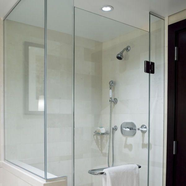 GlasSpritzschutz zwischen Badewanne und Dusche Walk in