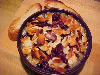 la table en fête : Brie fondant aux canneberges, aux amandes et à l'Amaretto