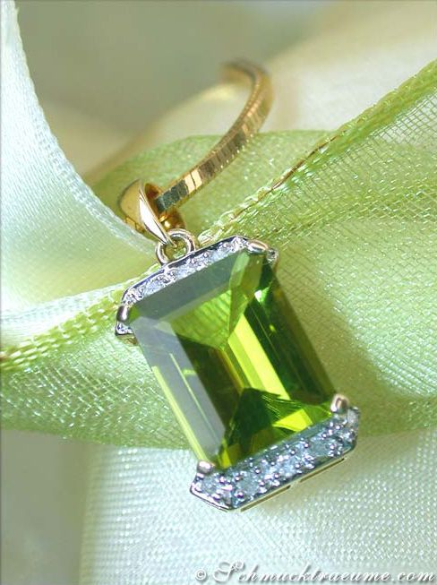 Timeless Peridot Pendant with Diamonds (3.40 ct.) in Whitegold 14k