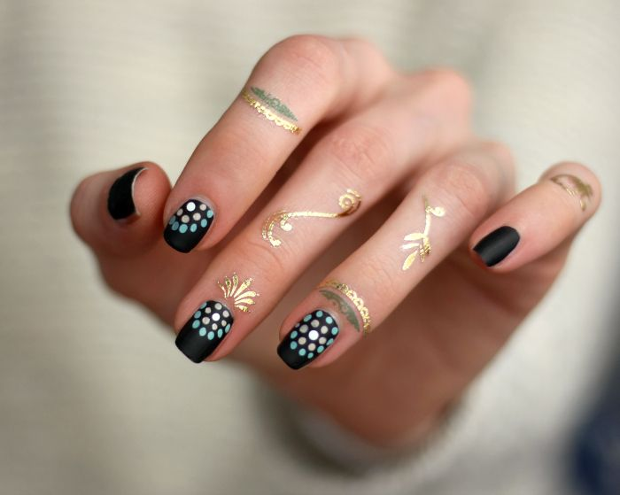 black Nailart dot design