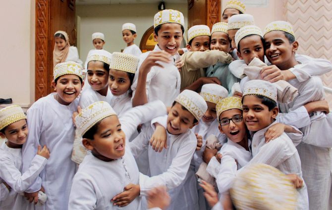 Eid Mubarak: Hugs, selfies, tweets & more (Görüntüler ile)