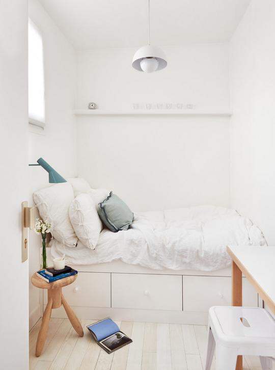 Einfaches, schlicht, weißes, kleines Schlafzimmer background ...