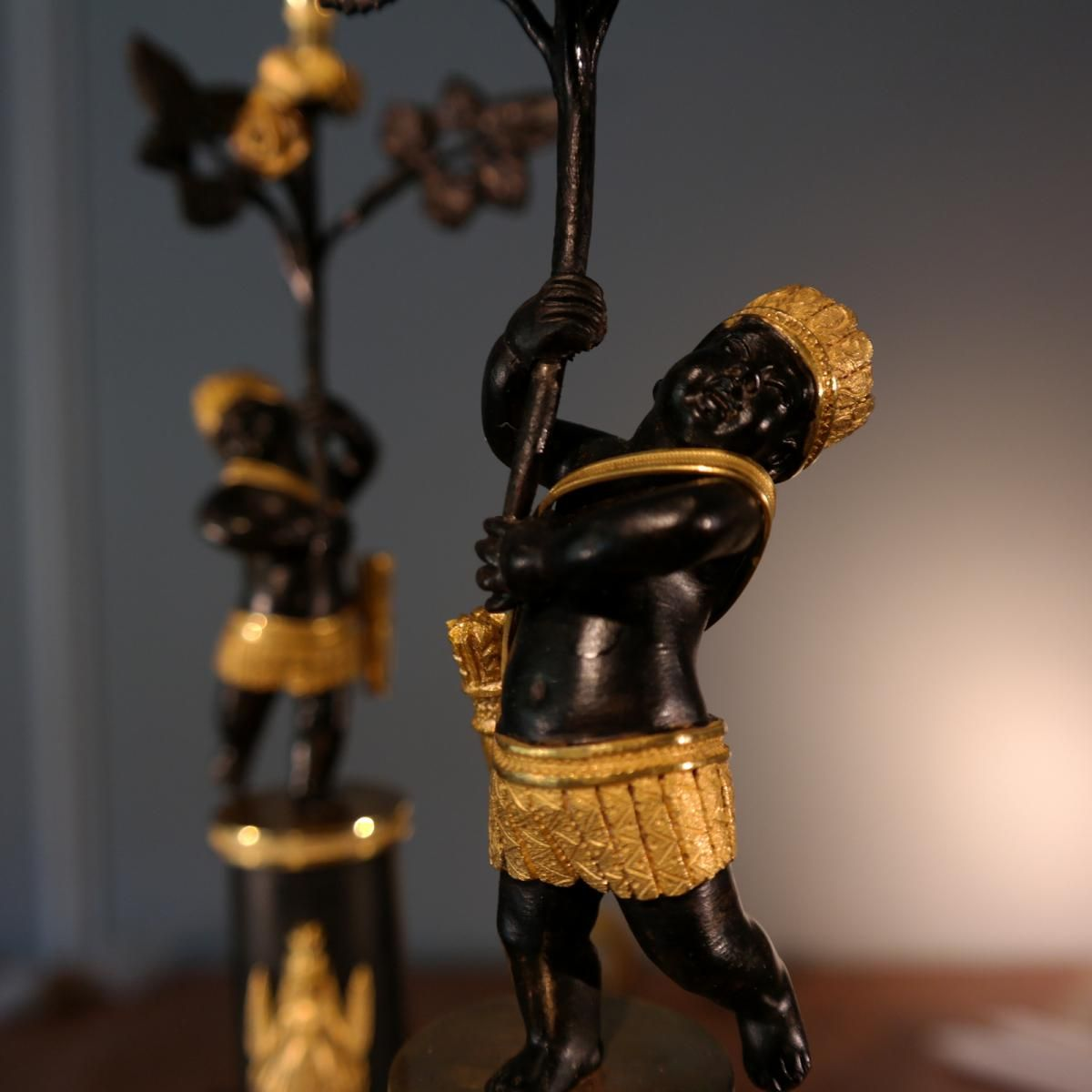 Paire de flambeaux attribuée à Deverberie ( détail)
