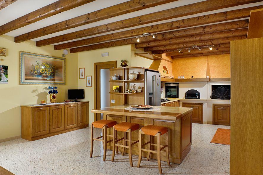 Cucina Imax. Realizzata in rovere naturale, particolare isola snack ...
