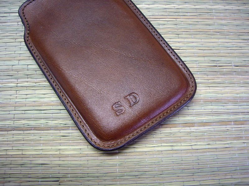 Handytasche/ iPhone-Tasche mit Initialen von Einzigartiges aus Leder auf DaWanda.com