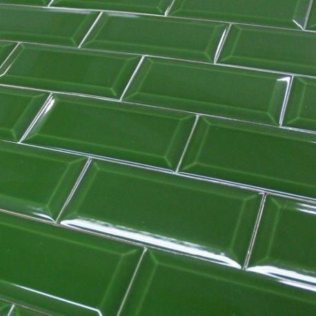 Un carrelage vert bouteille brillant style métro parisien Un ...