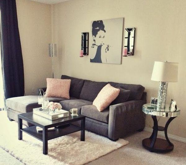 kleines wohnzimmer einrichten - dunkle gardinen und weiße lampe