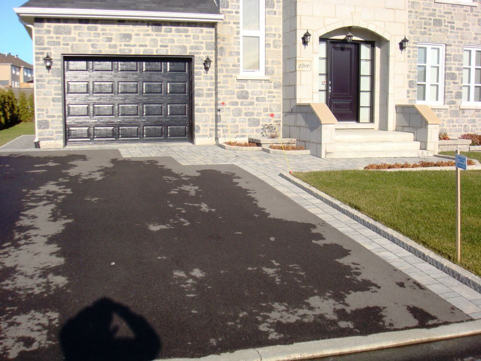Aménagement paysager de maison avec asphalte Pavage pour cour d