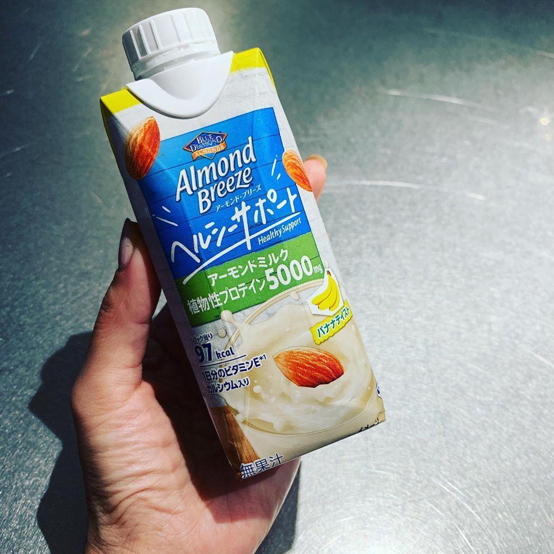 @滝沢眞規子: 待ってました! 新発売!アーモンドミルク プロテイン! 運動の後に最高すぎる!  帰ってきたばかりのサッカー少年が「うまなにこれ」とびびってます わたしの分が減...