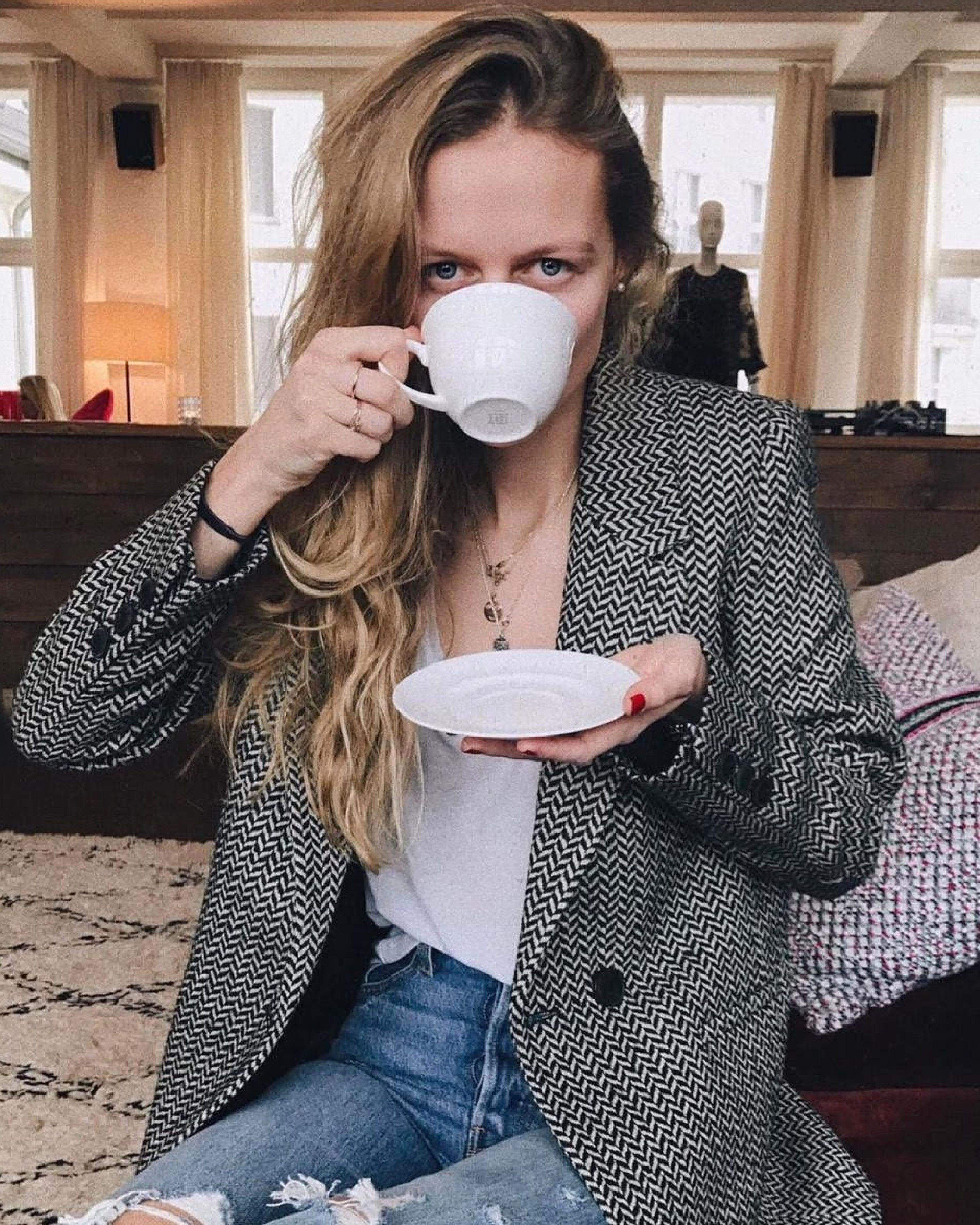 Planning Our Weekend Outfits With Inspiration From Mvb Love How She Styled This Classic Blazer With Denim And A Crisp White Stylish Outfits Fish Bone Fashion