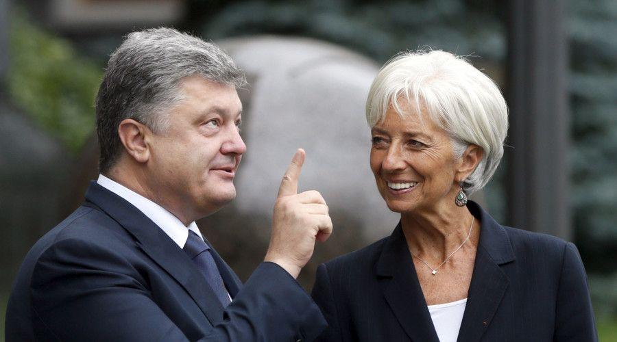 Ukrainian President Petro Poroshenko welcomes International Monetary Fund (IMF) Managing Director Christine Lagarde ahead of their meeting in Kiev, Ukraine, September 6, 2015. © Valentyn Ogirenko
