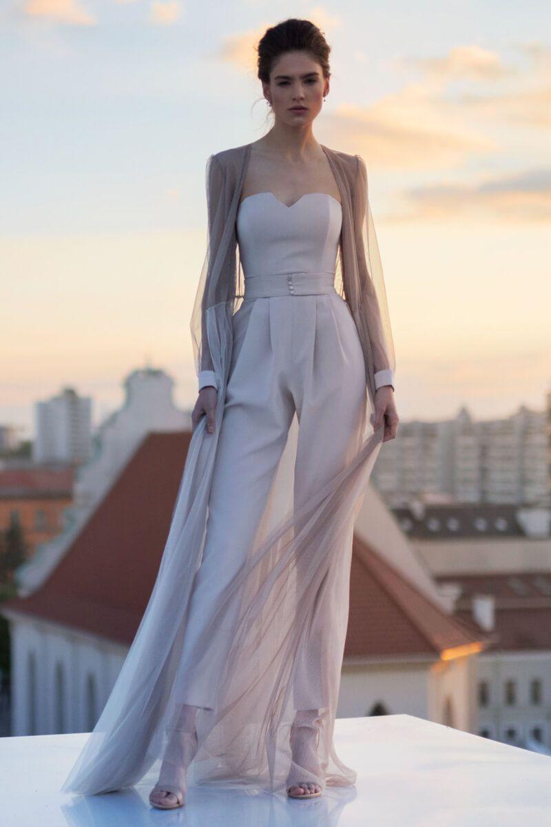 chica usando un jumpsuit de color blanco | trajes elegantes