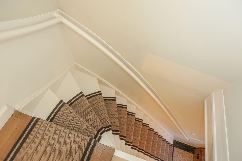 Trap in een jaren 30 woning met klassieke traploper jaren 30 trap pinterest - Huis met trap ...