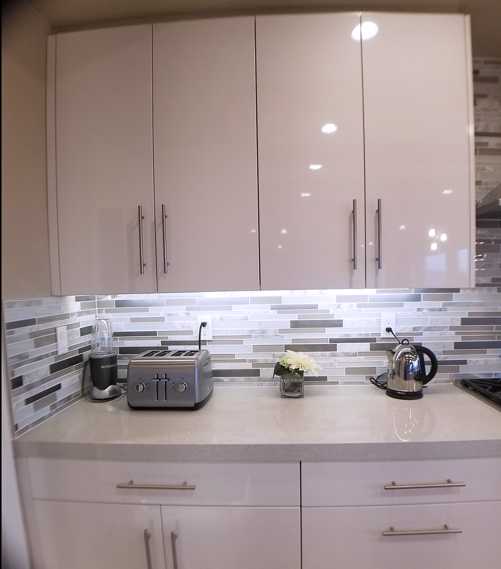 Contemporary Thermofoil White Kitchen Cabinets With Undercabinet Lighting An Kitchen Cabinet Interior Thermofoil Kitchen Cabinets Backsplash For White Cabinets