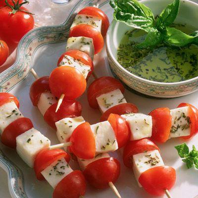 Découvrez la recette Brochettes de tomates et mozzarella sur cuisineactuelle.fr.
