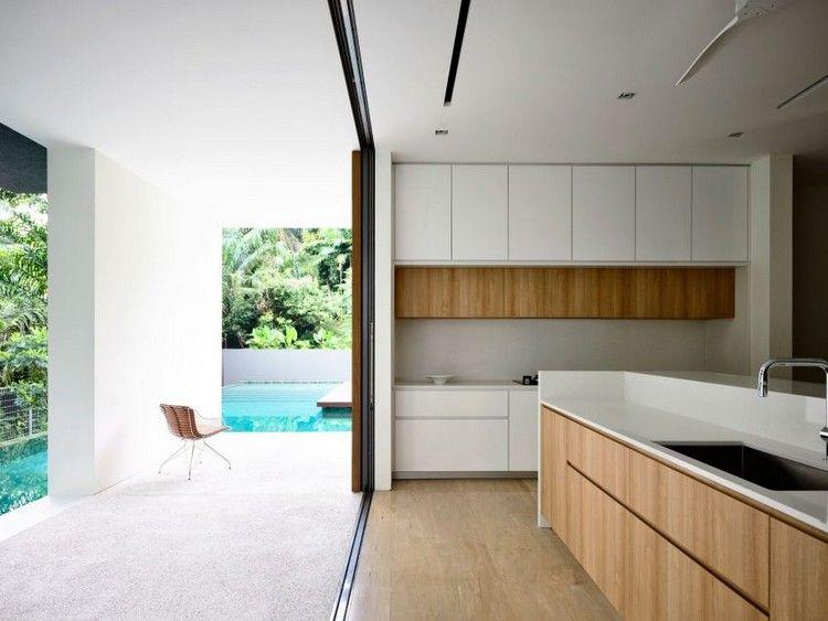 cuisine sans poigne avec lot central et terrasse extrieure qui donne sur la piscine
