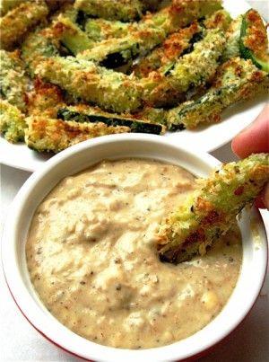 Gezonde snack: in oven gebakken courgette sticks met Panko-Parmezaan jasje en gecaramelliseerde uiendip.