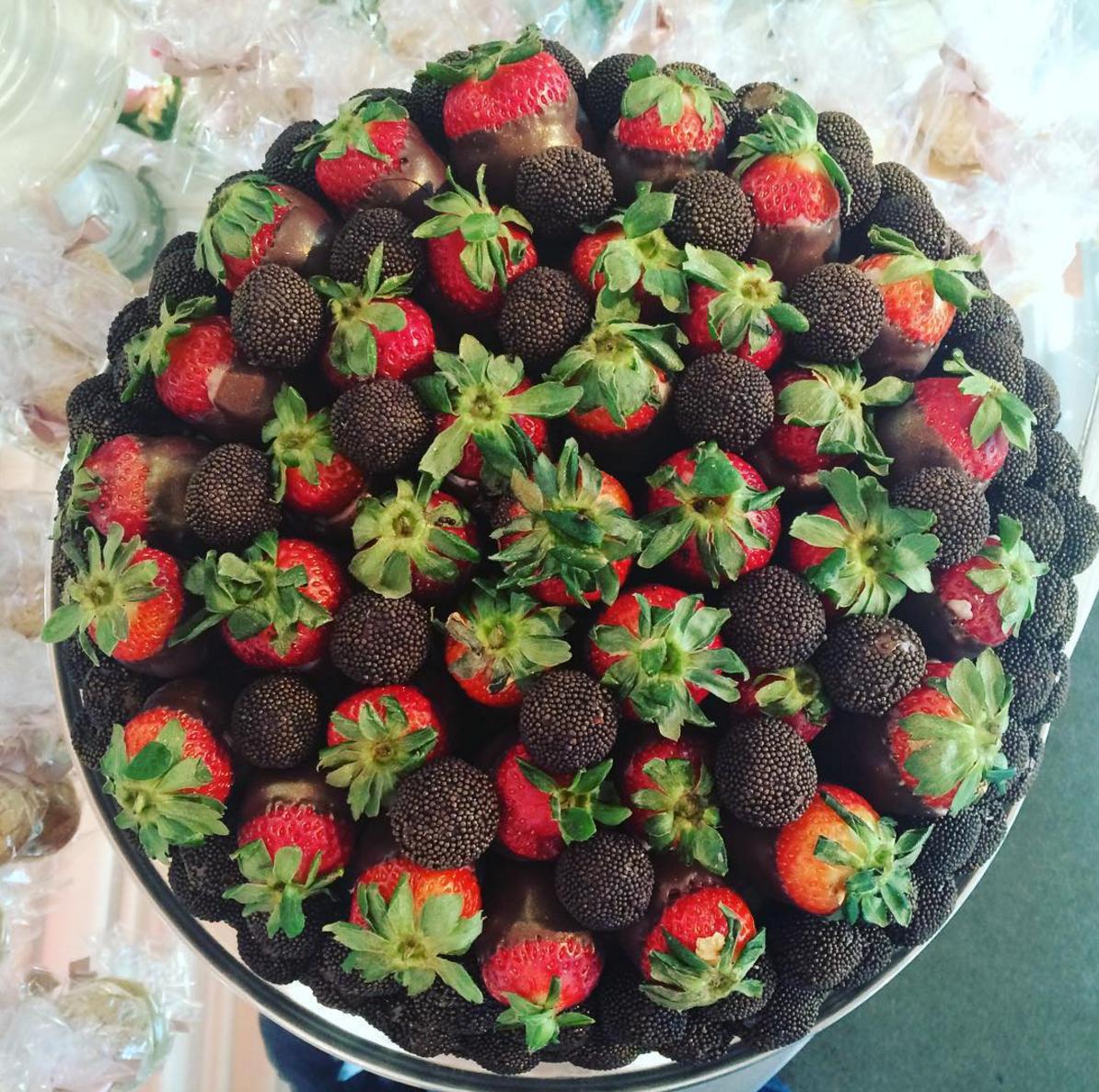 Morangos com chocolate no casamento de Wesley Safadão e Thyane Dantas.